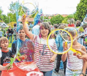 Böller eröffnen das Fest zum Stadtfeiertag