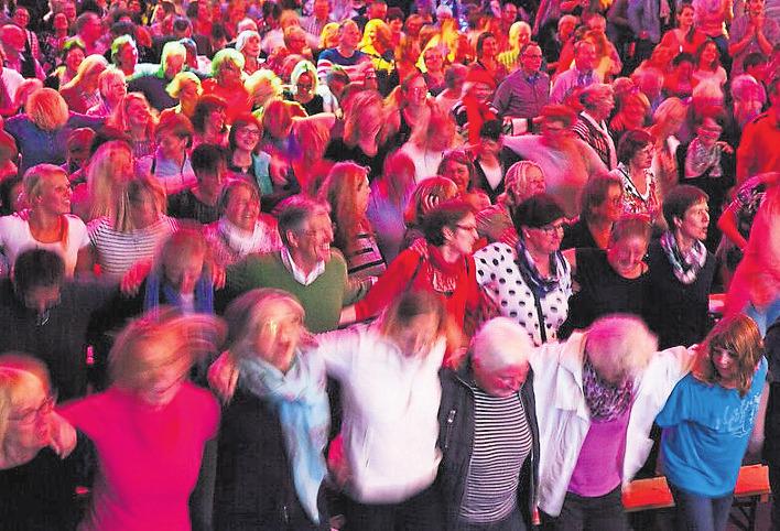 Mitgeschmettert werden können Lieder von Abba bis Udo Lindenberg beim Rudelsingen. Foto: Karin Kowalewski