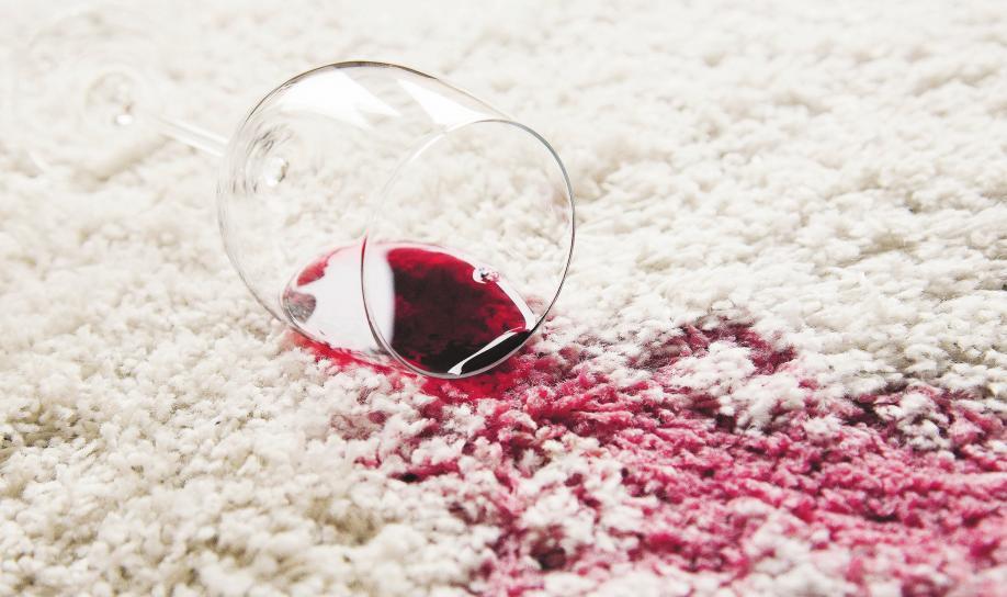 Ein frischer Rotweinfleck auf dem Teppich wird am besten sofort mit Wasser verdünnt und mit einem Tuch abgetupft. Foto: dpa