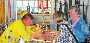 Natürlich beraten die Künstler und Handwerker auch beim Einkauf. Foto: Huber
