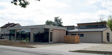 Von der Straßenseite her dominiert der neu errichtete Gymnastikraum mit seiner modernen Architektur.