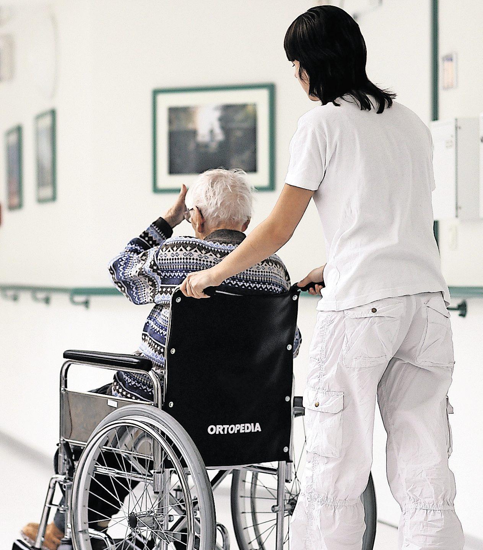 Viele Pflegeeinrichtungen suchen personelle Verstärkung. Die Reform der Ausbildung soll dabei helfen. Foto: Archiv/dpa