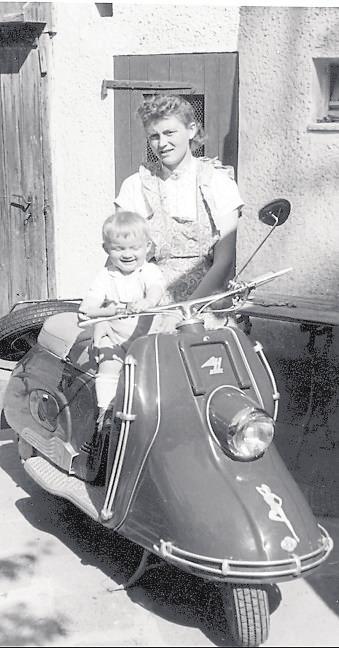 In den 50ern ist man stolz auf das motorisierte Zweirad, wie diesen Heinkel-Roller. Foto: Limmer / Pixelio
