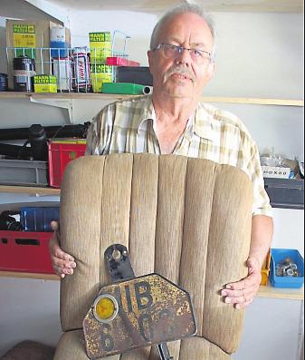 Stolz präsentiert Uli Kabel das Nummernschild und den guten Erhaltungszustand der Sitzpolster.