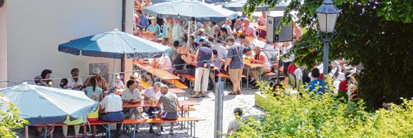 Einen geselligen Tag kann man beim Dorffest in Illerrieden miterleben – für jeden Geschmack ist dort mit vielfältigen Schmankerln etwas geboten. Fotos: zg, ExQuisine, Fotolia.com