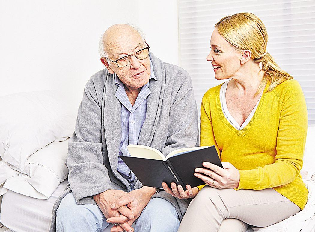 Sind Angehörige für längere Zeit pflegebedürftig, können Beschäftigte ihre Arbeitszeit reduzieren.Foto: Fotolia © Robert Kneschke
