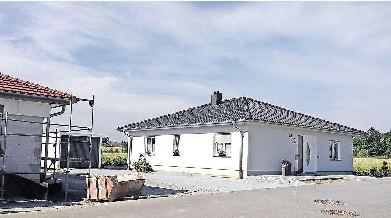 """Im Wohngebiet """"Gut Stiebitz"""" entstand dieses Haus im Bungalow-Stil (rechts). Ein weiteres befindet sich im Bau (links). Foto: Jens Steinbrück"""