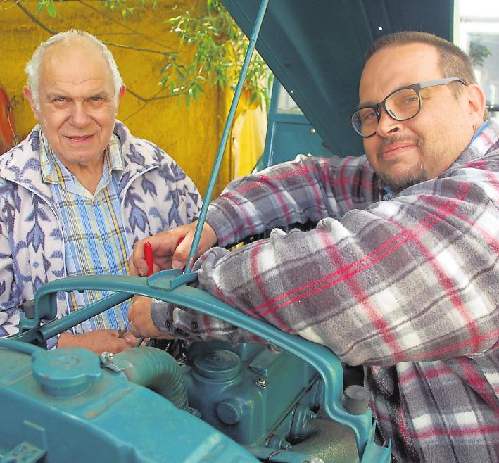 Ohne Öl und die richtigen Justierungen kommen selbst die Spezialisten Karl Hartmann (links) und Sohn Oliver nicht vom Fleck. Foto: Michael Lang