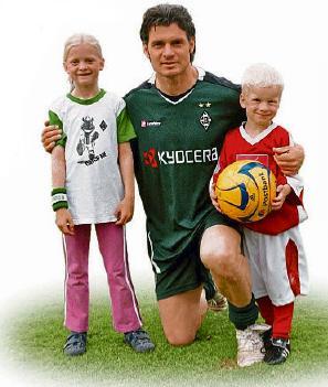 """Großes Idol für kleine Fußballer: Karlheinz """"Kalla"""" Pflipsen nach der Partie im Mai 2009 mit Lina und Jona. Foto: BSV Roxel"""