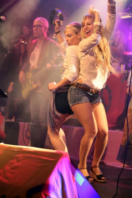 Tänzerinnen bringen zusätzlichen Schwung auf die Bühne Foto: Bernd Hohmann