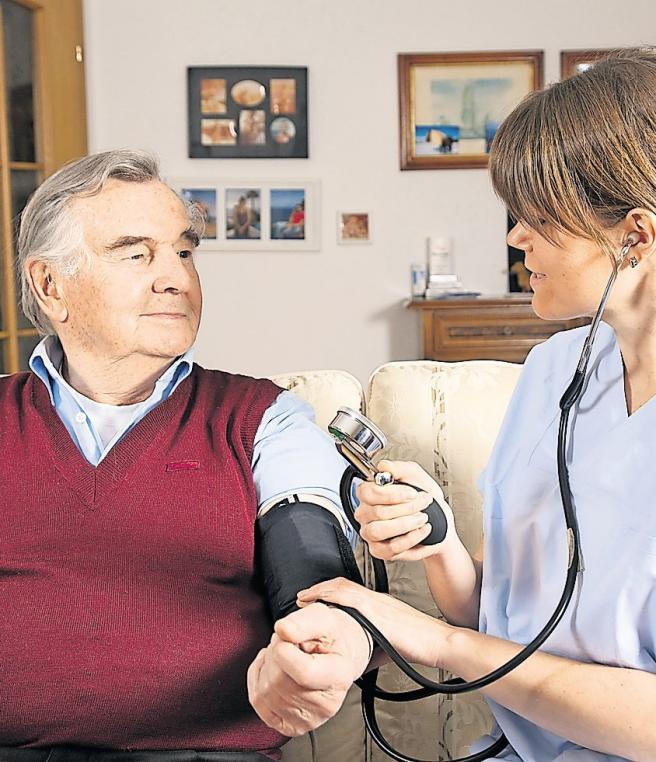 Kämmen, Waschen, Zähneputzen: Welche Maßnahmen der Pflegedienst übernimmt, wird vertraglich vereinbart. Foto: fotolia