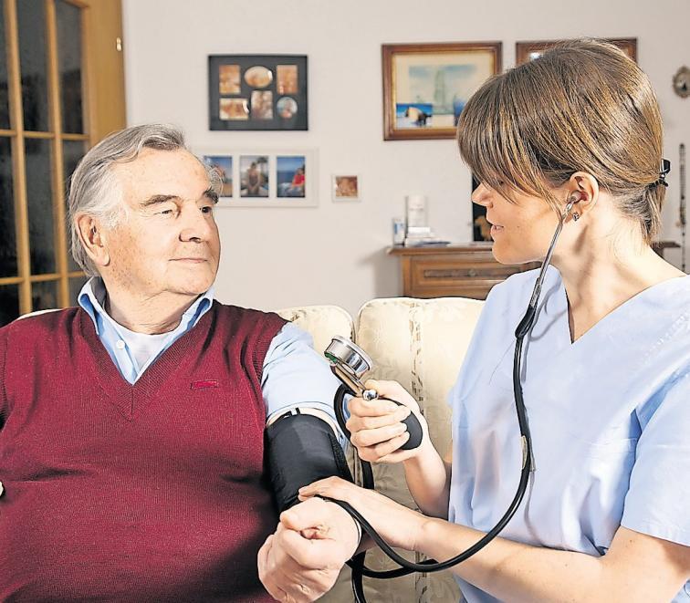 Dank professioneller, ambulanter Pflegedienste können viele Ältere länger in den eigenen vier Wänden wohnen bleiben. Foto: fotolia