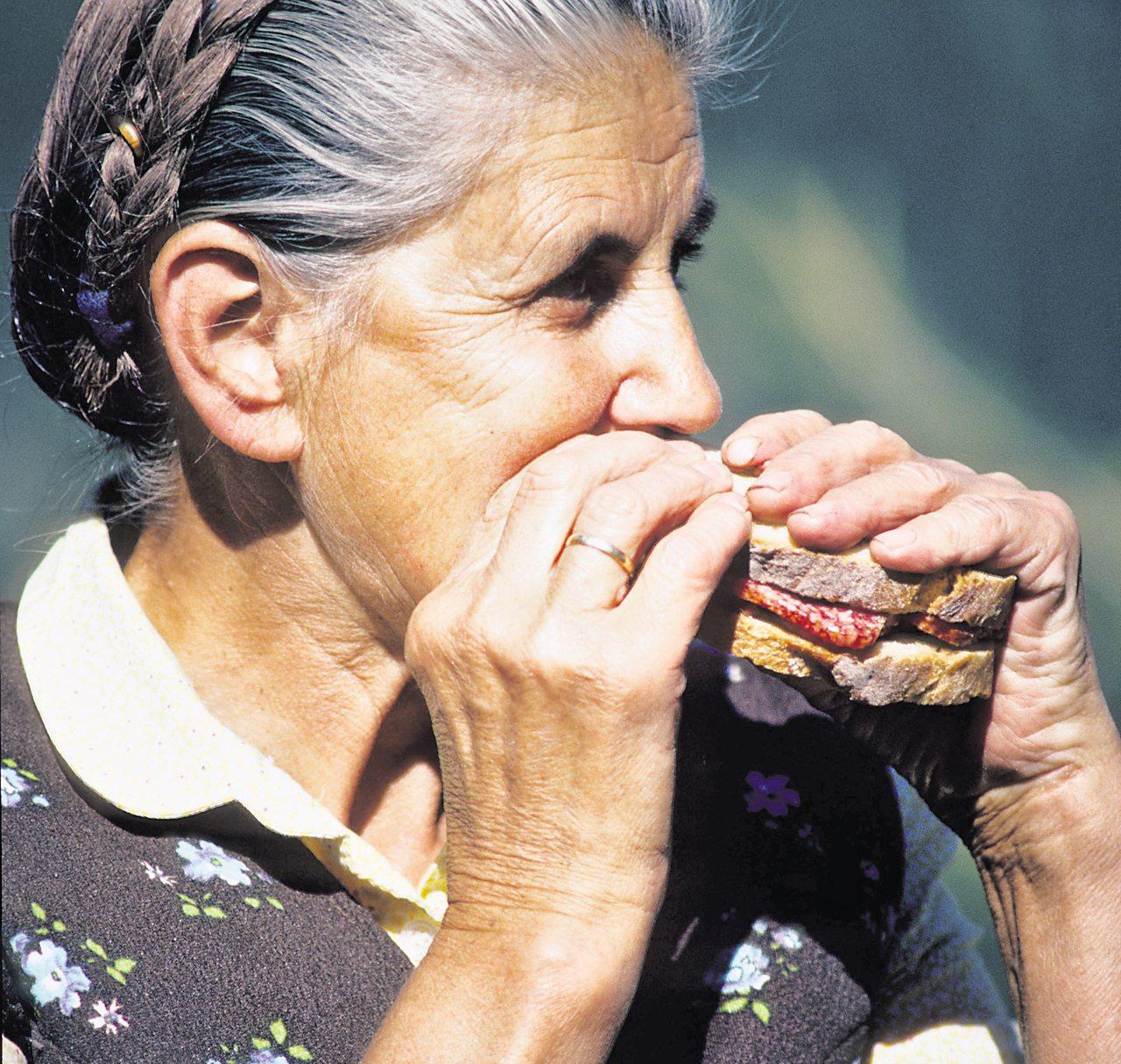 Guten Appetit: Im Alter verringert sich der Energiebedarf, aber der Körper benötigt die gleiche Menge Vitamine und Mineralien. Daher sollten besonders nährstoffdichte Lebensmittel gegessen werden. Foto: pixabay