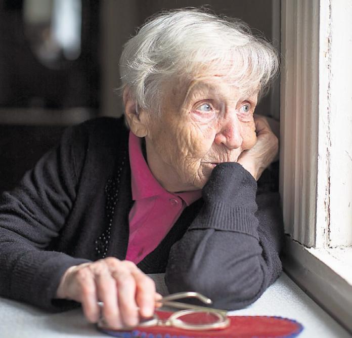 Warten auf Besuch: Wenn Eltern pflegerische Unterstützung brauchen, können berufstätige Angehörige eine Pflegezeit beantragen. Foto: fotolia/ Dmitry Berkut