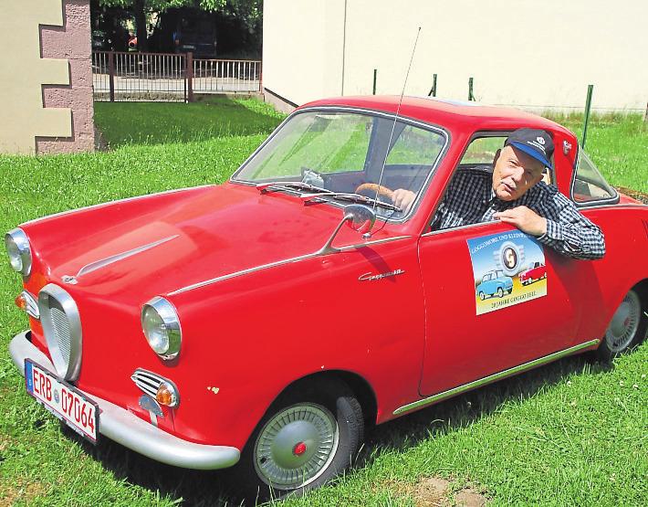 Eine innige Liebe verbindet Dieter Nöltner und sein feuerrotes Spielmobil, ein Goggo Coupé. Foto: Michael Lang