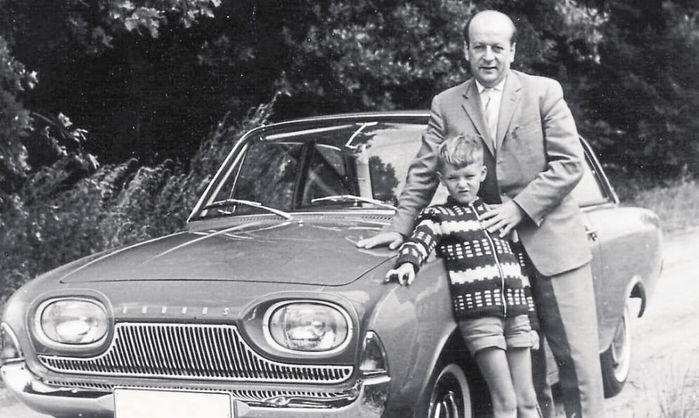 Anfang der 1960er Jahre nimmt die Menge der Autos auf Deutschlands Straßen sichtlich zu: Auf dem Bild posieren Vater und Sohn vor ihrem Ford-Taunus. Foto: Jerzy./ Pixelio