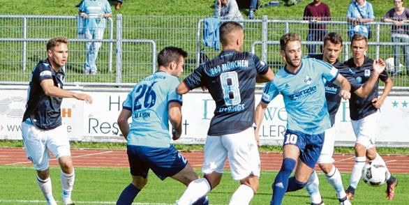Der FV Illertissen (hier im blauen Trikot gegen 1860 München) wird am kommenden Samstag gegen den FC Memmingen im Vöhlinstadion voll zur Sache gehen, um den Platz als Sieger zu verlassen. Foto: Rolf Maas