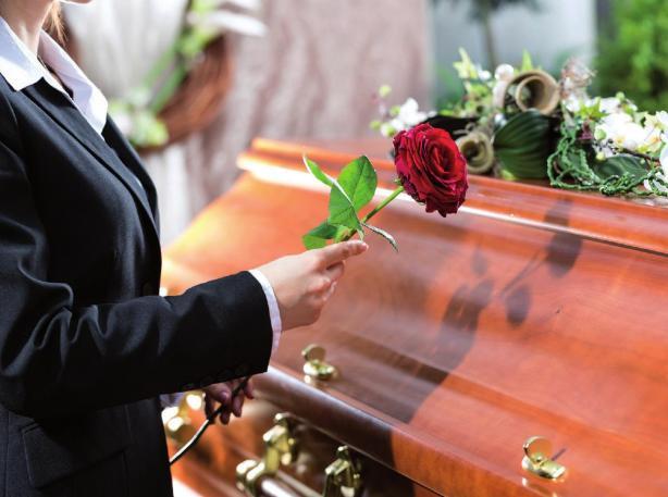 Die Form zu wahren ist wichtig bei einer Trauerfeier. Unpassendes Verhalten kann das Unbehagen verstärken. FOTO: © KZENON-FOTOLIA.COM