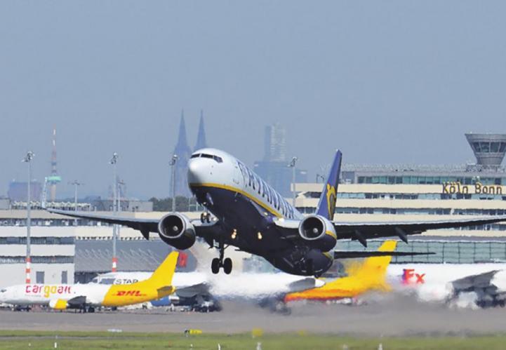 Täglich heben dort hunderte Flieger ab. Viele Millionen Menschen beginnen oder beenden ihre Reise auf der Schäl Sick. Der Flughafen Köln/Bonn ist zudem einer der größten Arbeitgeber der Region. Bienen haben dabei einen ganz besonderen Job.