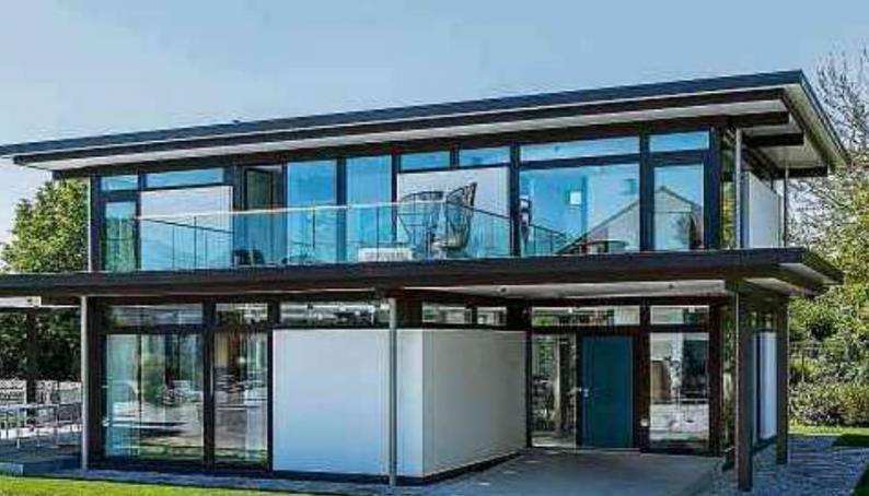Modernes Fachwerk: Fertighäuser werden heute mit viel Glas gebaut