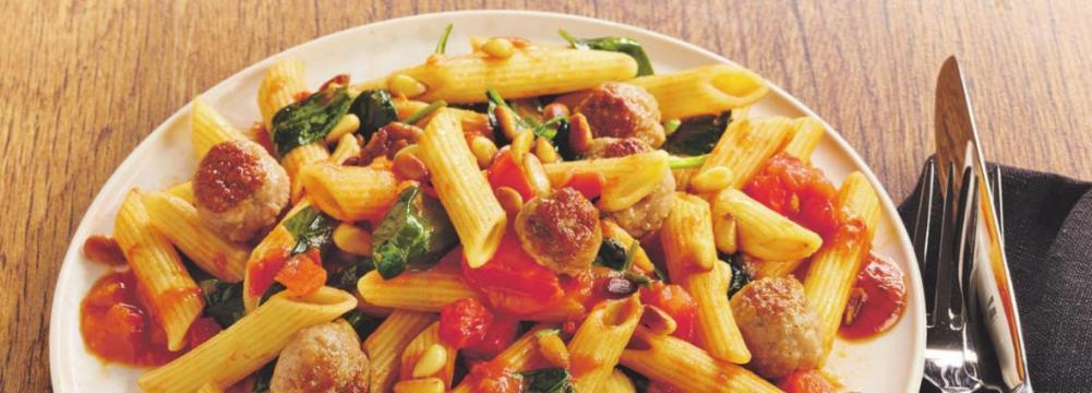 Eine frisch zubereitete Pasta macht Genießer jeden Alters glücklich. EXPRESS zeigt Ihnen das Rezept für Nudeln mit Bratwurstklößchen und Spinat.