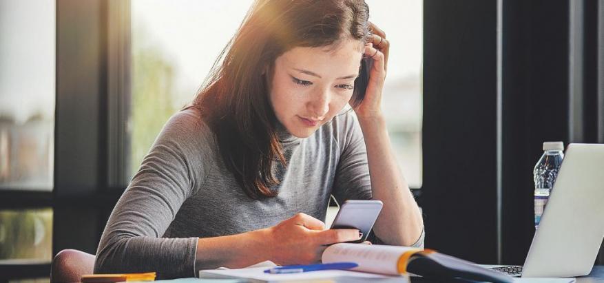 Es ist ein ständiger Begleiter – Das Smartphone gehört zu den größten Störfaktoren im Alltag von Studenten