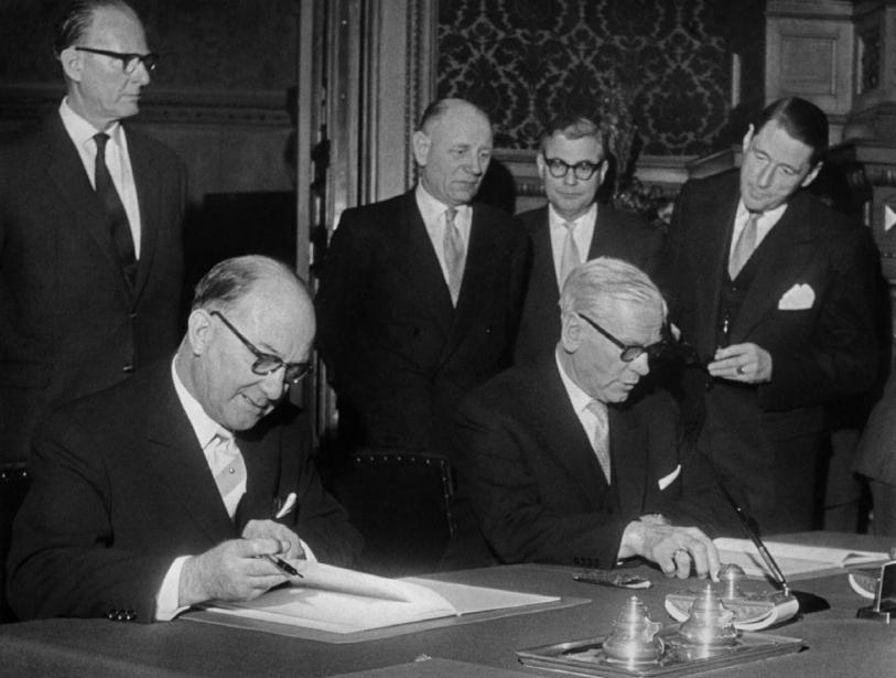 1959: Bundesminister für Atomfragen Siegfried Balke (l.) und Hamburgs Bürgermeister Max Brauer unterzeichnen den Staatsvertrag zur Gründung des DESY
