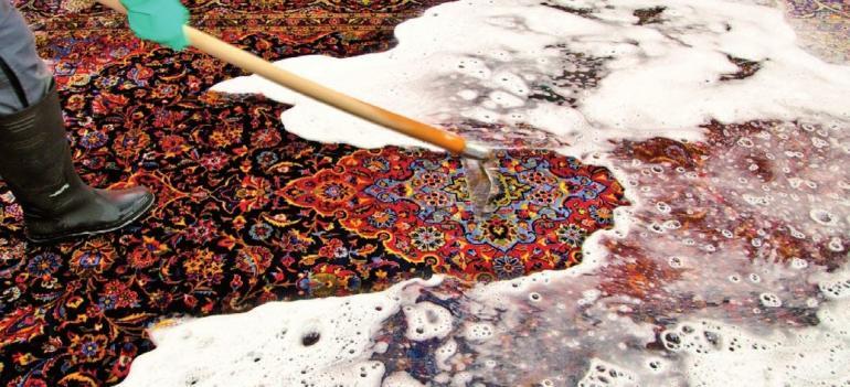 Sorgfältige Handwäsche für Ihren Teppich