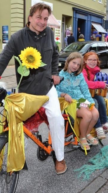 Ein Besucher aus Eidelstedt mit Fahrrad-Prototyp