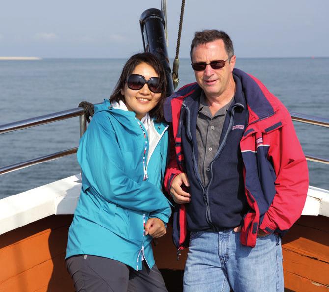 Deutschland-Reportage: NDR-Reporter Klaus Scherer mit der Japanerin Azusa Mori FOTO: NDR/J.ANDERS