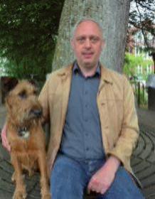 """Jens Peitscher, 48, Blankenese, mit seinem Irischen Terrier Flynn: """"Das vierte Kind hat Fell! Unser Hund ist ein lustiges Kerlchen und hat sich zu einem richtigen Familienmitglied entwickelt, das einem viel Spaß bereitet. Zu mir und meiner Familie passt die Hunderasse Terrier am besten."""""""