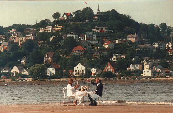 Ein Blankeneser Paar feiert stilvoll einen offensichtlich bedeutenden Tag auf Sherry Island