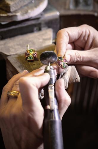 Präzise Feinarbeit in der Werkstatt des Ateliers Schon, FOTO: ©FOTO SCHON