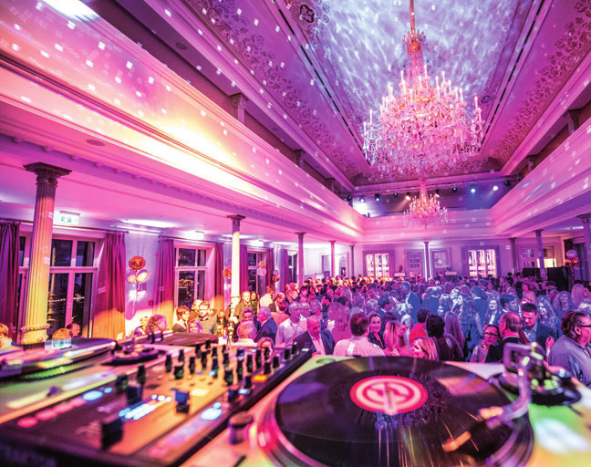 Im Ballsaal ausgelassen feiern FOTO: STEFAN KARSTENS