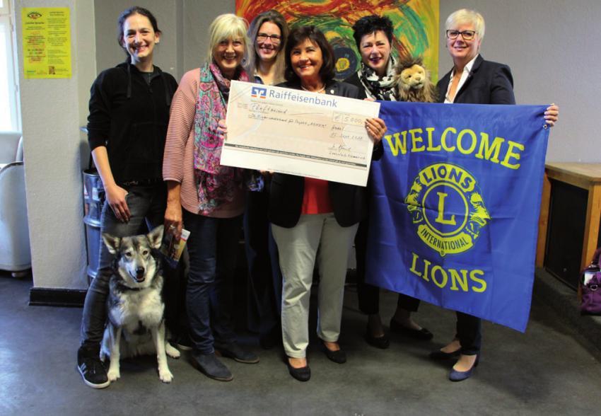 Lions-Präsidentin Ursula Jöhnk übergibt den Spendencheck
