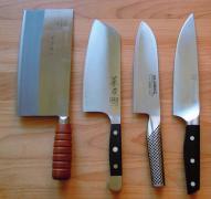 Europäische und asiatische Messer im Vergleich. Das chinesische Kochmesser ganz links. FOTO: OLAF SIMONS