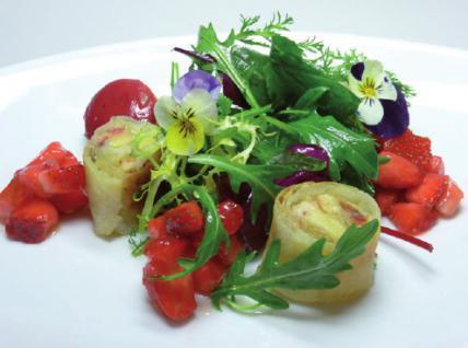 Ziegenkäseröllchen mit Sommer salaten und Erdbeerchutney