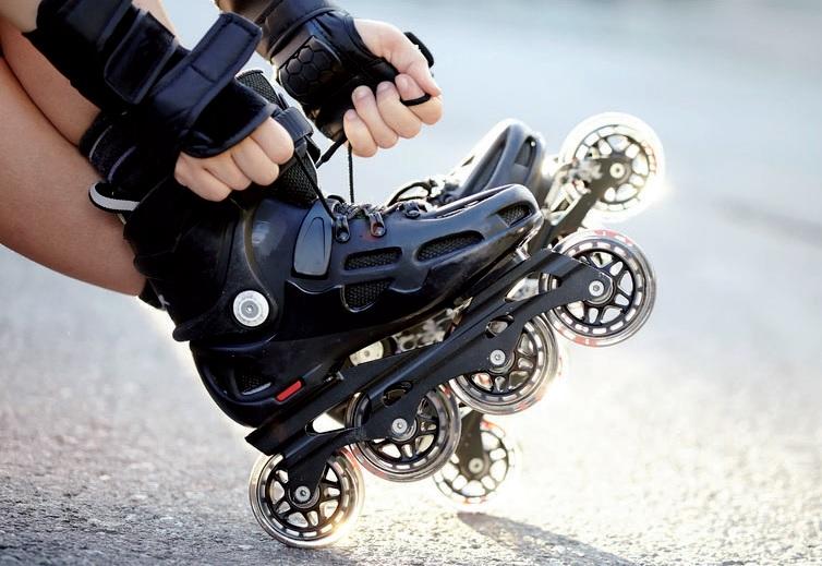 Eine gute Ausrüstung dient der eigenen Sicherheit mit Schutz für Kopf, Knie und Handgelenke. FOTO: AZALIYA (ELYA VATEL)_FOTOLIA.COM