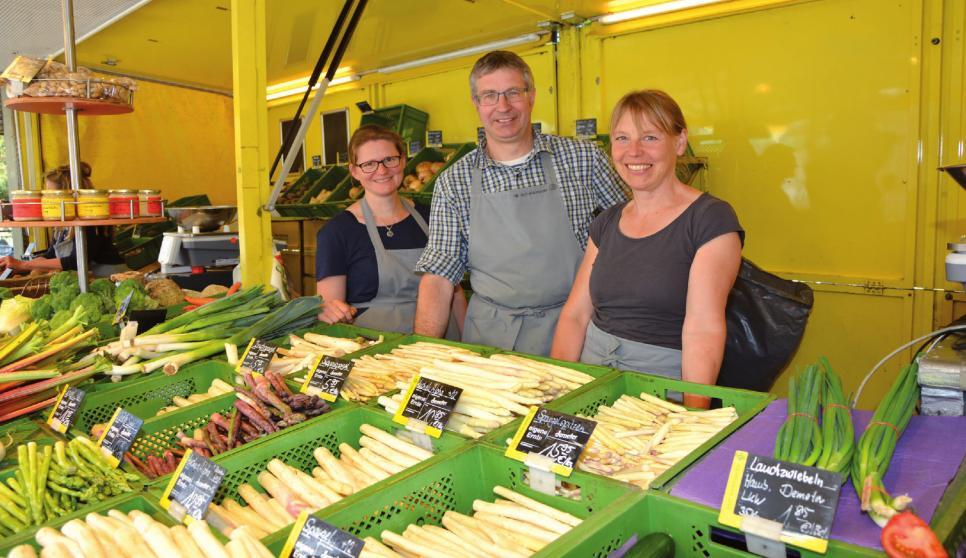 Annika Wede, Volker Andersen und Birte Konopka stehen mittwochs am Vormittag in Blankenese, am Nachmittag in Ottensen