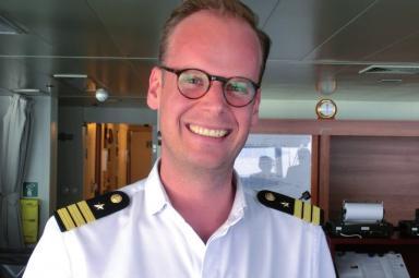 Nienstedtens Offizier Eddi Lissow auf der Brücke der MS Europa 2