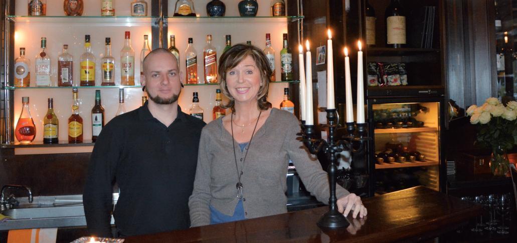"""""""Lisa"""" und Barkeeper Felix sind herzlich auf das Wohlbefinden ihrer Gäste konzentriert"""