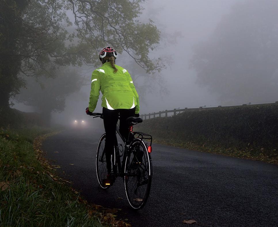 Gerade im Winter sind Radfahrer durch Glätte und Dunkelheit besonders gefährdet