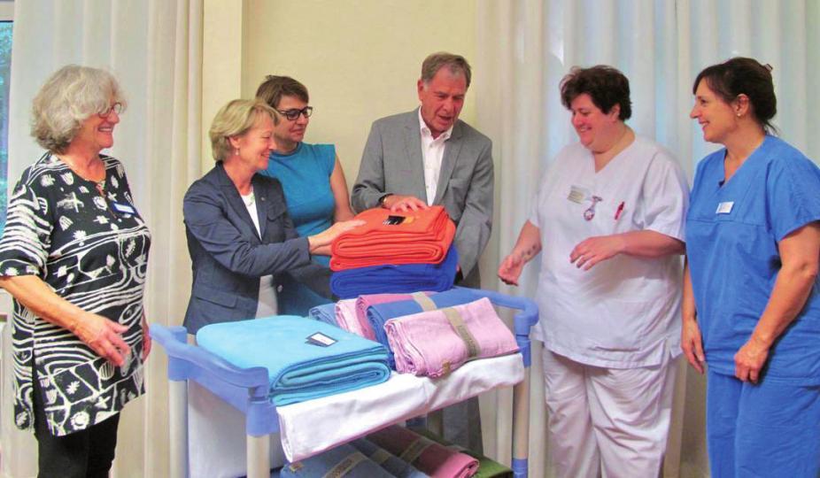 Dr. Annette Kleinkauf-Houcken übergibt die farbenfrohen Decken