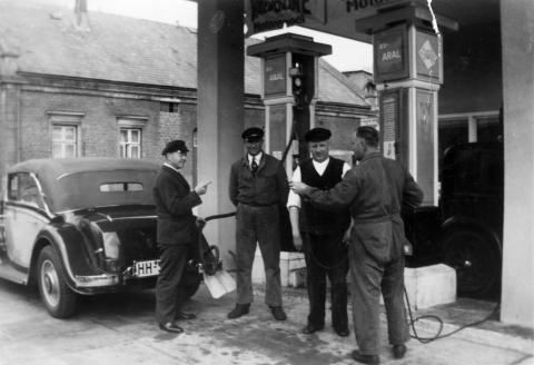 Die Aral-Tankstelle in Blankenese an der Elbchaussee (im Hintergrund das Hotel Behrmann. Die HH-Kennzeichen der Autos wurden 1956 eingeführt.
