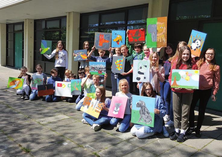 Schüler mit ihren Bildern
