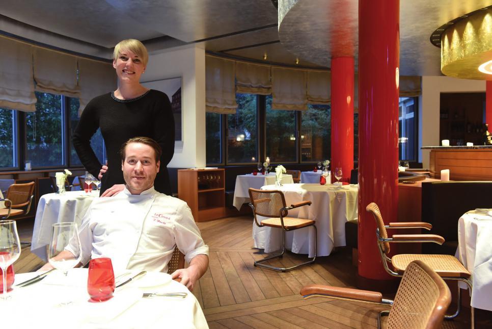 Sternekoch Florian Pöschl und Annika Stoldt, die im Hintergrund dem Chef den Rücken freihält