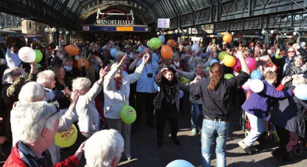 Senioren-Flashmob am Hauptbahnhof