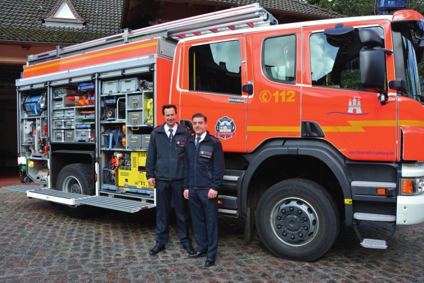 Wehrführer Yves Filges und Pressesprecher Jan-P. Dombrowskivor dem neuen HLF20