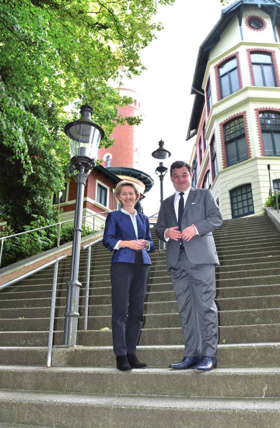 Verteidigungsministerin Ursula von der Leyen mit Marcus Weinberg auf dem Süllberg