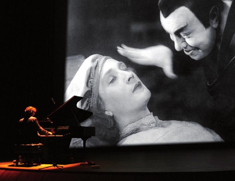 Stephan von Bothmer begleitet MephistophelesFOTO: MARIA CAMILIAN/DEUTSCHEKINEMATHEK
